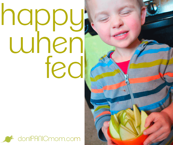 Kids are grumpy when they're hungry. Read here for the fastest way to cut an orange and apple. #dontpanicmom #fruit #toddlers