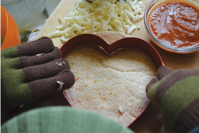 Make pita pizzas with your kids on Valentine's Day. A perfect lunch that's ready in less than 15 minutes. Sweet!